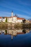 Vyssi Brod abbotsklosterTjeckien över dammvåren Royaltyfri Foto