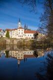 Vyssi Brod abbotsklosterTjeckien över dammvåren Royaltyfri Fotografi