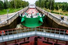 Vytegra, Rusia - 16 de agosto de 2015: El buque de carga entr? en la entrada Mar-b?ltica blanca del canal imágenes de archivo libres de regalías