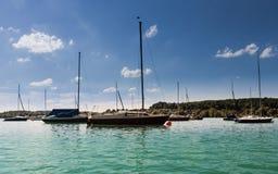 Wörthsee港口与许多美丽的小船、帆柱和水厂的 水上运动的另外船准备好 采取从 库存图片