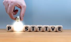Würfel und eine Glühlampeform das Wort 'Positiv ' lizenzfreie stockfotografie