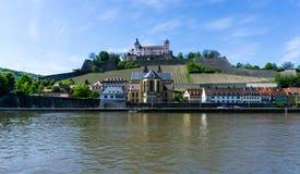 WÃ ¼ rzburg的堡垒Marienberg与在蓝天,巴伐利亚,德国的河主要 免版税库存照片