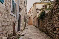 Wąskie ulicy dziejowy stary grodzki Herceg Novi, Boka Kotor gilf obraz royalty free
