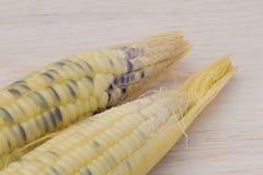 Wächserner Mais, wächserner Mais auf hölzernem Hintergrund Stockfotos