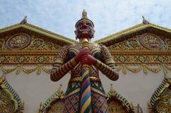 Wächter bei Wat Chayamangkalaram Stockfotos