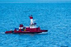 Wächter Fireboat patrouilliert die Bucht Stockfotos