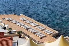 Wägen Longue und schönes blaues Meer, Stockfotos