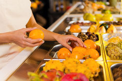 Wählen der frischsten Früchte Lizenzfreie Stockfotografie