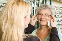 Wählen der Gläser am Optiker Lizenzfreie Stockbilder