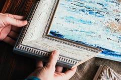 Wählen des dekorativen Rahmens für eine Malerei stockfotos