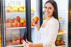 Wählen des frischsten Apfels Stockfoto