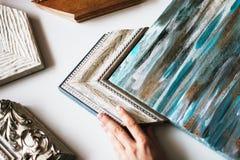 Wählen des Rahmens für eine Malerei stockbild