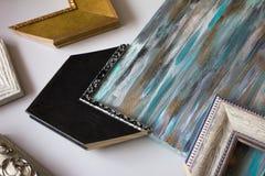 Wählen des Rahmens für eine Malerei stockfotos