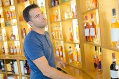 Wählen des rechten Alkohols stockbild