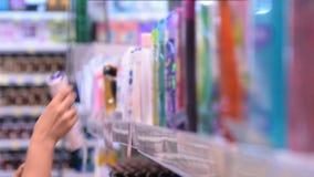 Wählen des Shampoos im Speicher stock video