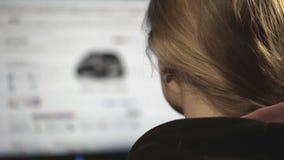 Wählen eines Autos im Internet stock video