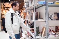 Wählen eines Buches Lizenzfreie Stockfotografie