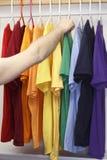 Wählen eines Hemdes stockbild