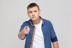 Wählen, Konzept zeigend Junge, der Finger auf Kamera und hav zeigt Lizenzfreies Stockbild