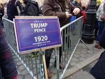 Wählen Sie Amerika, Trumpf, lassen Sie Amerika wieder wählen, Frauen ` s März, NYC, NY, USA Lizenzfreies Stockbild