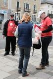 Wählen Sie das gesehene Sprechen des Urlaubs Aktivisten mit einem Mitglied der Öffentlichkeit in einer englischen Stadt stockfotos