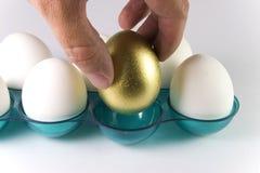 Wählen Sie das goldene Ei aus Stockfoto