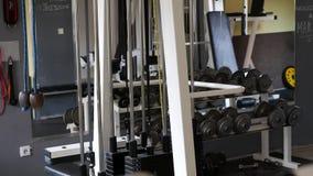 Wählen Sie das rechte Gewicht für Übung in der Turnhalle stock video footage