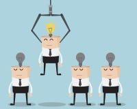 Wählen Sie Geschäftsmann-One Have Bulb-Idee auf seinem Kopf Stockfotografie