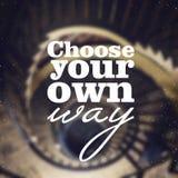 Wählen Sie Ihre eigene Weise - Plakat mit Zitat auf dem unscharfen Hintergrund Typografischer Hintergrund Stockfotos