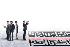 Wählen Sie richtigen Weg mit Geschäftsmann und Labyrinth stockfoto