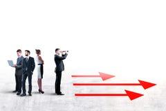Wählen Sie richtigen Weg mit Geschäftsmann und Pfeilen lizenzfreie stockbilder