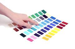 Wählen von Farbe von der Farbskala Stockbilder