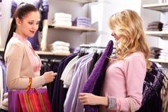 Wählen von Kleidung Stockfoto