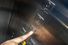 Wählen von Zahlen von der Aufzugstastatur Stockbild