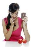 Wählen zwischen Schokolade und Apfel Stockbild
