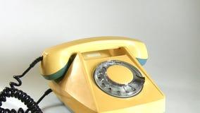 Wählende lange Zahl an einem alten Telefon stock footage