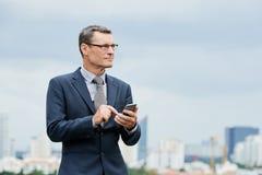 Wählende Zahl des ehrgeizigen Geschäftsmannes lizenzfreie stockbilder