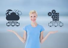 Wählender oder Entscheidungswolkenspeicher der Frau oder Server mit den offenen Palmenhänden Lizenzfreie Stockfotos