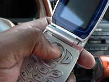 Wählendes Mobiltelefon innerhalb des Fahrzeugs Lizenzfreie Stockfotografie