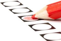 Wählenformular mit rotem Bleistift Stockfotografie