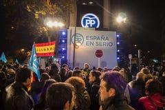 Wähler der konservativen Partei wartend vor Hauptsitzen auf Mariano Rajoys Rede nach Parlamentswahlergebnissen, in Madrid Lizenzfreie Stockfotografie