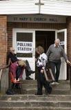 Wähler, die ein Wahllokal verlassen stockfoto
