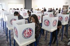 Wähler am Wahllokal im Jahre 2012 Stockbilder