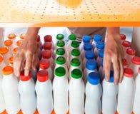 Wählt Milchprodukte im System aus Lizenzfreie Stockfotos