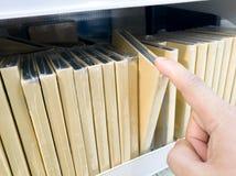Wählte das Notizbuch im Regal am Buchladen vor Stockbilder