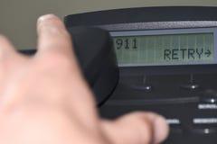 Wählziffern 911 auf der Telefonanzeige lizenzfreie stockbilder