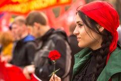 Während der Feier von Maifeiertag in der Mitte von Moskau Kommunistische Parteianhänger nehmen an einer Sammlung teil, die den Ma Lizenzfreies Stockfoto