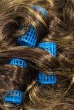 Während des Haares, das mit Lockenwickler ankleidet Lizenzfreie Stockfotos