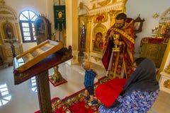 Während des Sonntagsgottesdiensts in der Russisch-Orthodoxen Kirche Stockfotografie