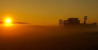 Während Nebel steigt, tut so den Tag Stockbild